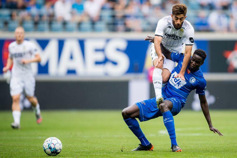 Charleroi-speler Ali Gholizadeh landt met zijn studs op het bovenbeen van Gentenaar Joseph Okumu. Beeld BELGA