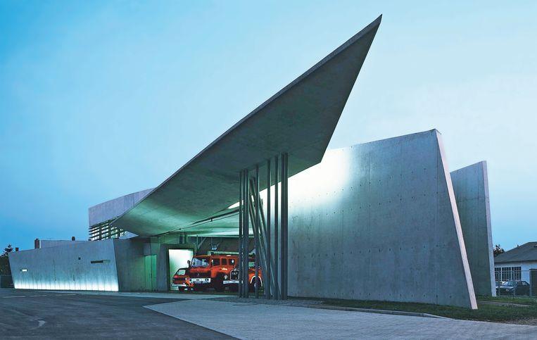 De brandweerkazerne in Weil am Rhein bij Bazel, het eerste gerealiseerde bouwwerk van Zaha Hadid uit 1993. Beeld
