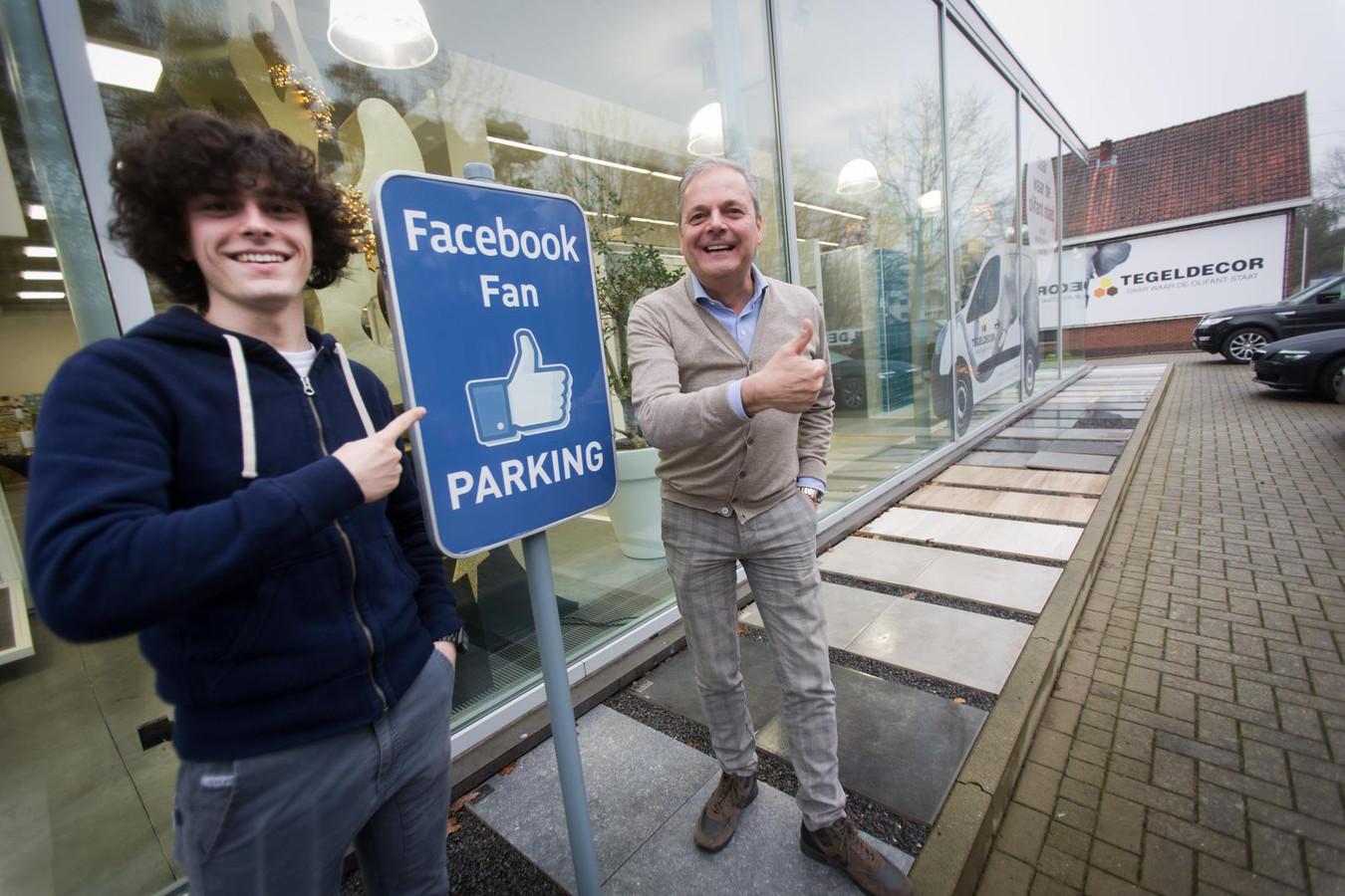 Peter Zeelmaekers en zijn zoon Arthur aan het Facebookfan-parkeerbord.