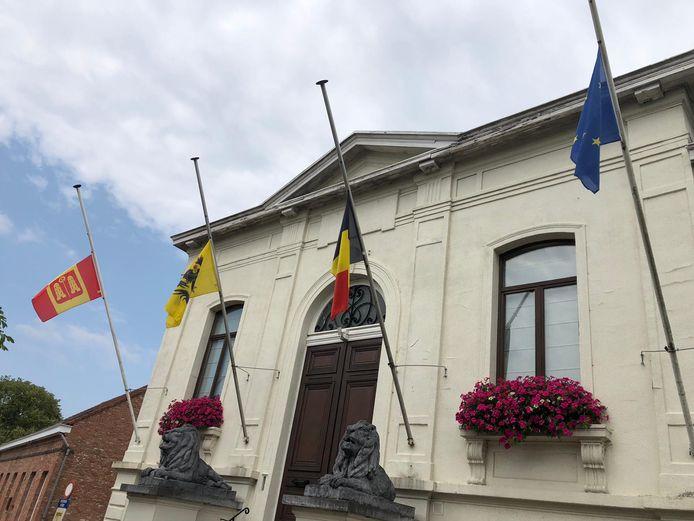 In Kalmthout hangen de vlaggen halfstok.