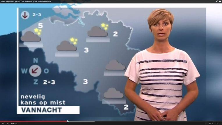 Als het buiten bijna vriest, zie je maar weinig mensen in een t-shirt lopen, behalve weervrouw Sabine Hagedoren Beeld Screenshot Youtube