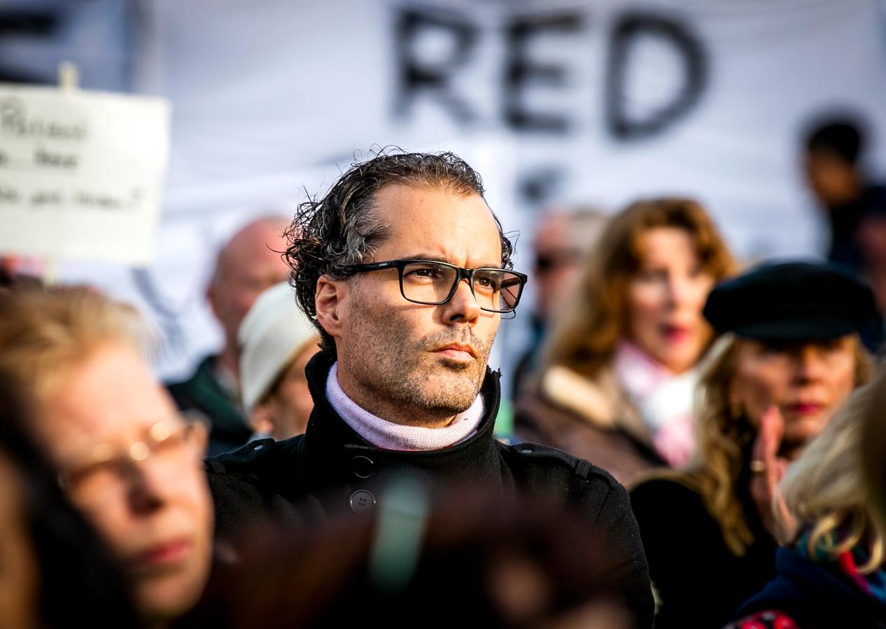 Wethouder Laurens Ivens (SP) op het Museumplein tijdens een protestactie tegen de sluiting van ziekenhuizen.