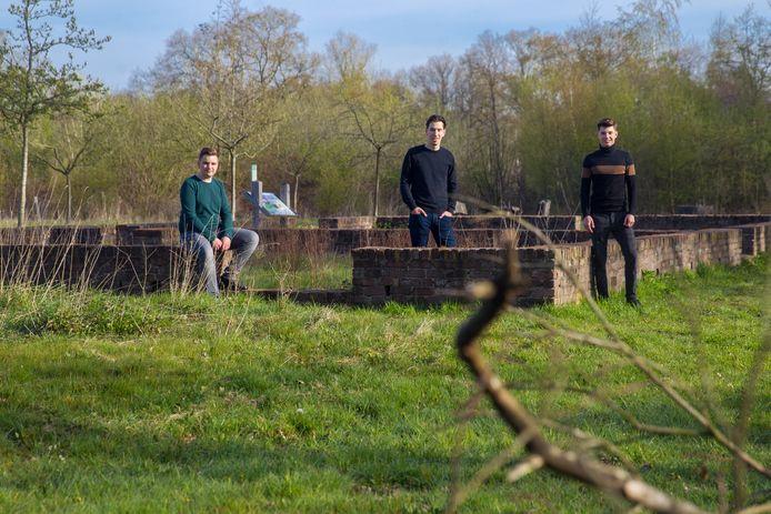 Documentairemakers Lars Berkers, Teun van Brunschot en Jop van de Ven bij de restanten van de hoeve Balsvoort op de Kampina waar de gebroeders Schut vanwege verzetsdaden zijn vermoord door de nazi's.
