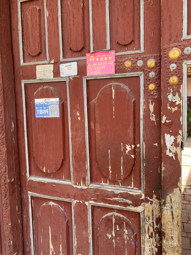 De poort van een voorbeeldgezin in Ahong Mailisi met predicaat 'prachtig erf'. Beeld Eefje Rammeloo