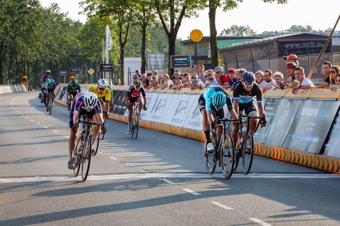 Stan van Tricht (links) klopt Martijn Budding (midden) en Coen Vermeltfoort.