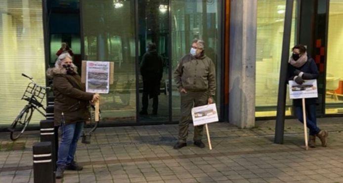 Al 57 werkdagen wordt er bij het stadskantoor aan de Spoorlaan 's ochtends vroeg gedemonstreerd tegen het referendumbesluit.