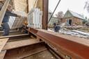 De constructie van H-profielen die het huis straks moet opvijzelen.