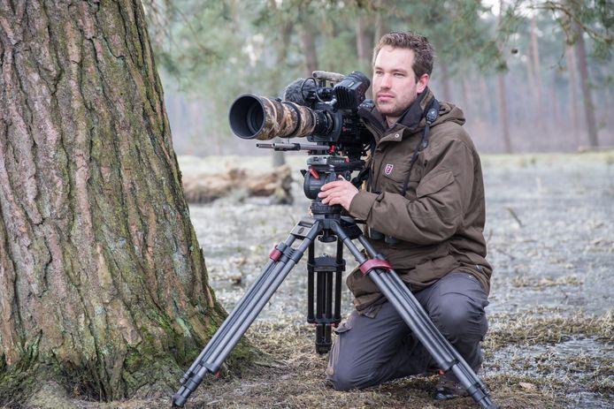 Dick met zijn camera, een Varicam35, op de Veluwe tijdens het filmen van Wild