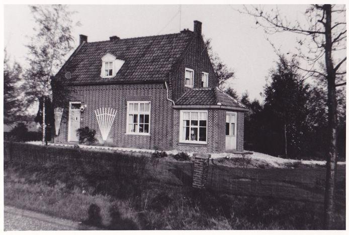 Het eerste woonhuis in de kern van het dorp was het huis van de hoofdonderwijzer dat in 1950 werd gebouwd.
