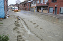 De breuk in de hoofdwaterleiding veroorzaakte een modderstroom in de Damstraat.