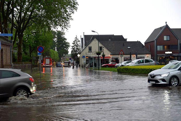 Veel regen in Eersel. Dez foto is gemaakt in de Kerkstraat.