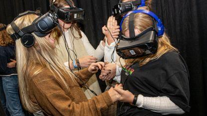 """Leerlingen ervaren gevaren van spoorlopen via virtual reality: """"Je staat vlakbij als een jongen gegrepen wordt door een trein. Dit schudt je wel wakker"""""""