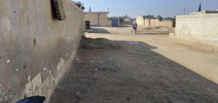 De plaats waar in 2017 een bom van de internationale coalitie viel in Assadiyah. De put in de weg is gevuld, waar een ophoping nu zichtbaar is. Beeld Kamiran Sadoun