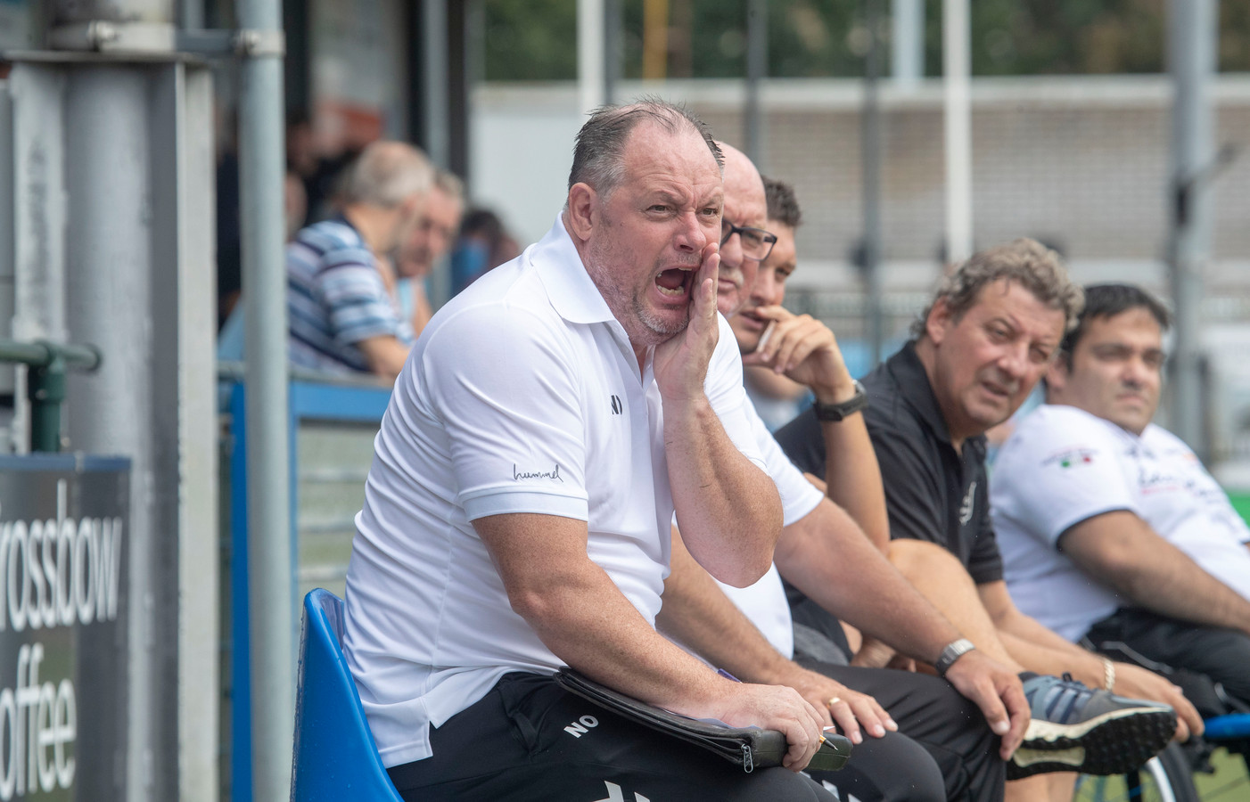GVVV-trainer Niek Oosterlee probeert zijn manschappen te bereiken in de voorbereiding van het nieuwe seizoen.