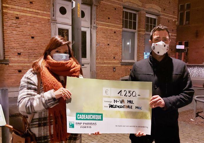 Stephanie Loomans van Poezencentrale Mol ontvangt een cheque van schepen voor Dierenwelzijn Hans De Groof.