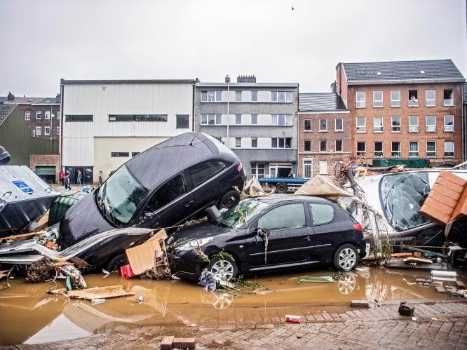 IN BEELD. Foto's en video tonen enorme ravage door zondvloed. Opgestapelde auto's, ingestorte huizen en verwoeste straten