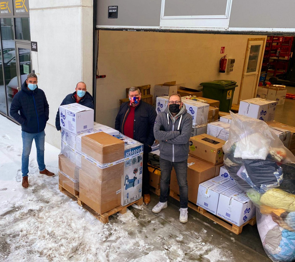 Frederik Geerts, Dominique Dehoorne, Joeri Tranchet, Ward Van Ooteghem bij de eerste lading hulpgoederen.