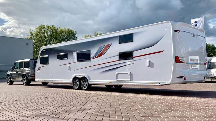 Caravans met een lengte van meer dan 6,50 meter, zoals dit 11,50 meter lange exemplaar, mogen helemaal niet ivoor de deur worden geparkeerd.