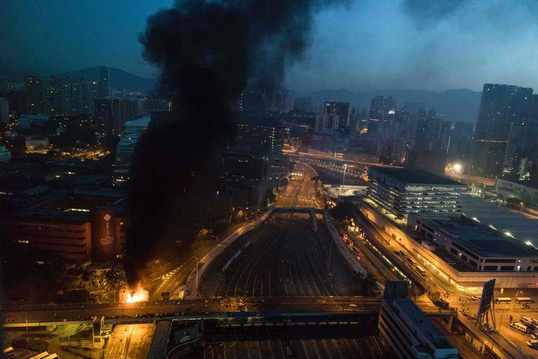 Brand bij de ingang van de Polytechnische Universiteit in Hongkong. Beeld AFP