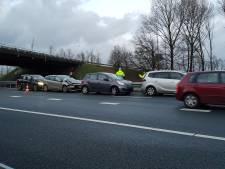 Vijf auto's botsen op elkaar op A50, één gewonde