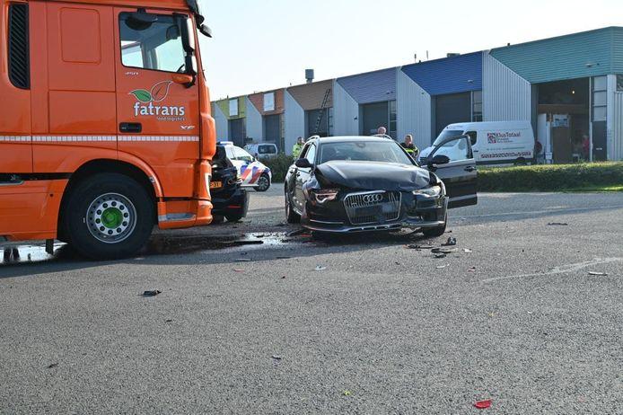 Drie voertuigen kwamen vanmorgen met elkaar in botsing in Dronten.
