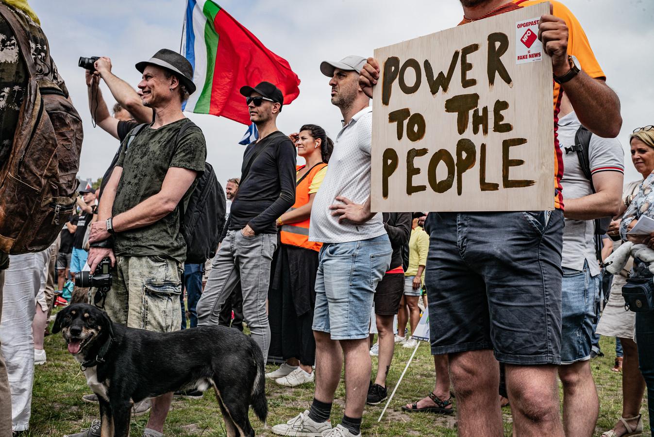 Sympathisanten van Viruswaarheid, voorheen Viruswaanzin, zijn aanwezig bij diverse protestacties tegen de kabinetsmaatregelen. Afstand houden en mondkapjes zijn overbodig, aldus de demonstranten.
