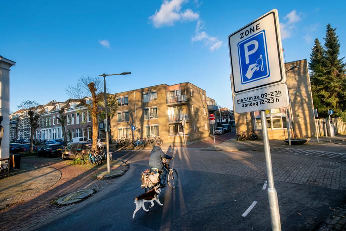 Op weg naar de straat waar sinds 1 december voor parkeren moet worden betaald.