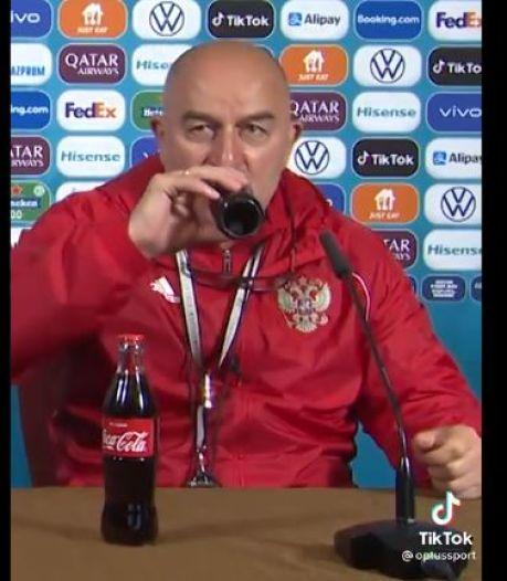 Le sélectionneur de la Russie boit du Coca-Cola en pleine conférence de presse