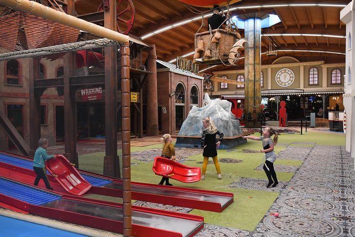 Geen honderden kinderen die schreeuwen van plezier in Binnenspeeltuin De Bergen in Wanroij. Maximaal 30 personen zijn toegestaan in de ruimte van 2.500 vierkante meter. Het is er daarom bijna stil.