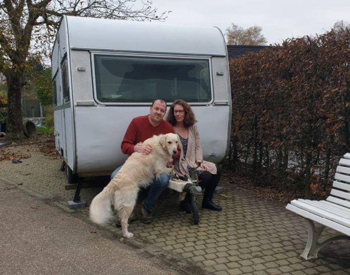 Ouders Yves en Ans zijn thuis een caravan veilig en prikkelarm aan het maken voor Cis.