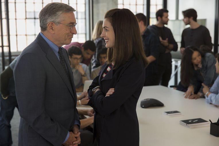 Robert De Niro en Anne Hathaway in The Intern. Beeld