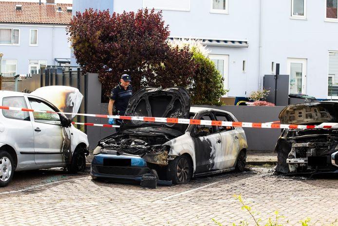 De politie doet onderzoek na een autobrand aan de Kokmeeuwstraat in Dordrecht.
