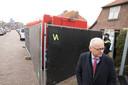 Burgemeester Jan Willem Wiggers van Hattem bezoekt daags na de gewelddadige dood van Dwoëny van den Brink, haar woning aan de Kraaijenbergstraat.