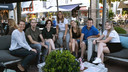 Steffie van den Bosch (geheel links) met de jongerenadviesraad van Young People Living. Geheel rechts Anne Welling.