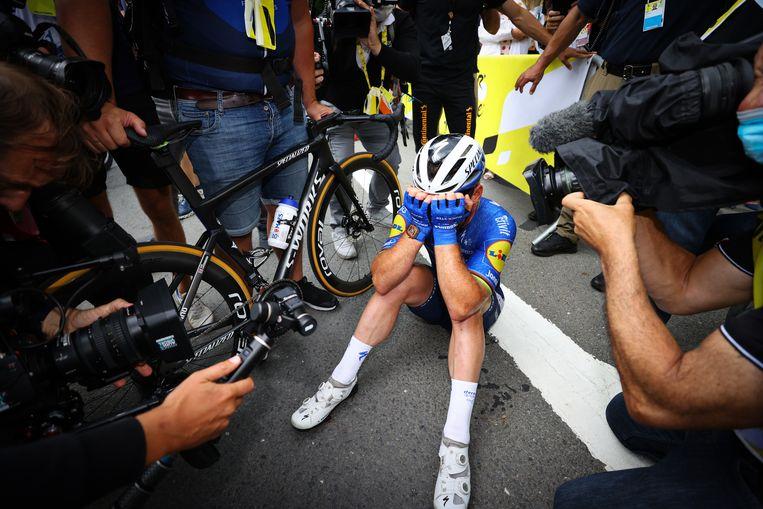Na de aankomst in Fougères verbergt Mark Cavendish even zijn tranen voor de pers. Beeld BELGA