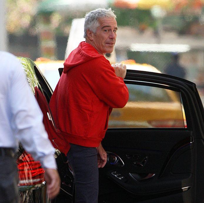 Jeffrey Epstein verlaat in 2015 zijn appartement in New York.