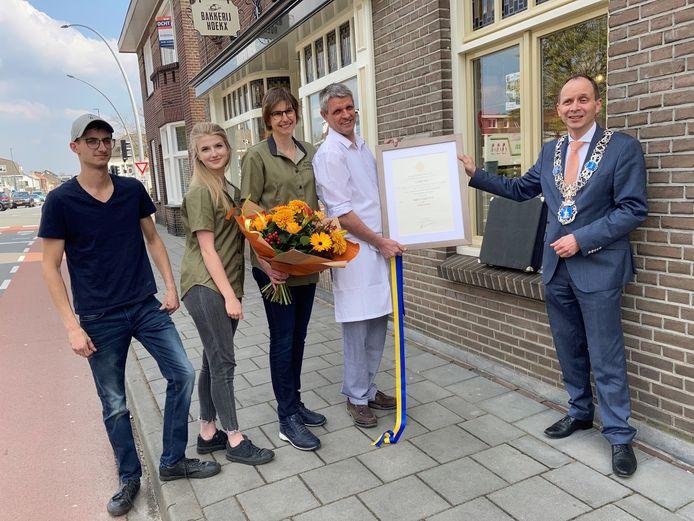 Zoon Twan en dochter Lisa Hoekx samen met hun ouders Miriam en Etiënne en burgemeester Anton Ederveen bij het predicaat.