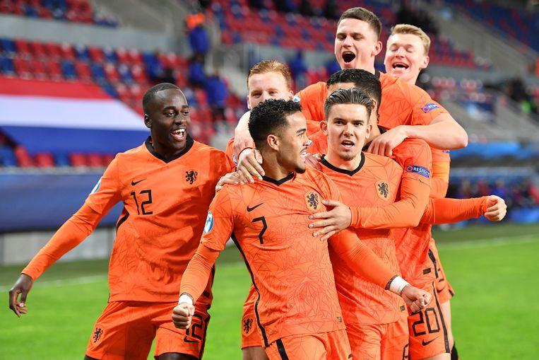 Jong Oranje viert de goal van Justin Kluivert (nummer 7). Beeld Pro Shots / Paul Meima