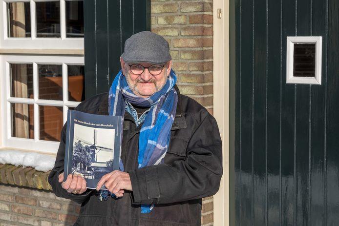 Cor van den Broek met zijn eerste boek.
