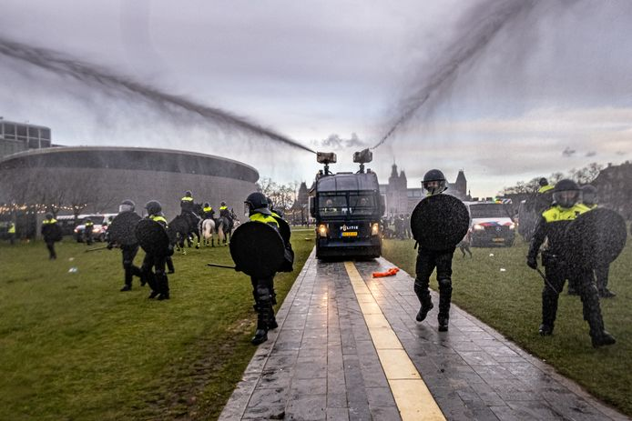 De politie maakte zondag een eind aan een illegale demonstratie tegen de coronamaatregelen op het Museumplein in Amsterdam. Daarop braken rellen uit; de politie is op zoek naar verdachten en heeft er inmiddels meerdere opgepakt.