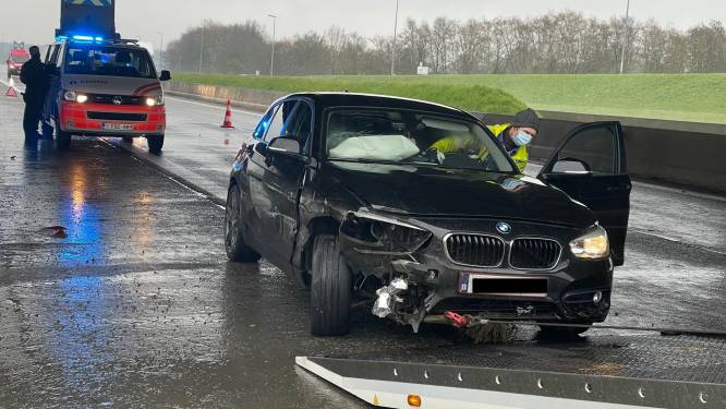 Drie auto's crashen na manoeuvre kampeerwagen langs A19 in Zonnebeke