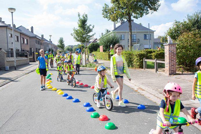 Met de fiets konden de leerlingen zich uitleven in de Frans van Cauwelaertstraat.