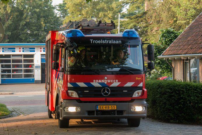 Een brandweerauto van de tijdelijke uitrukpost Troelstralaan.