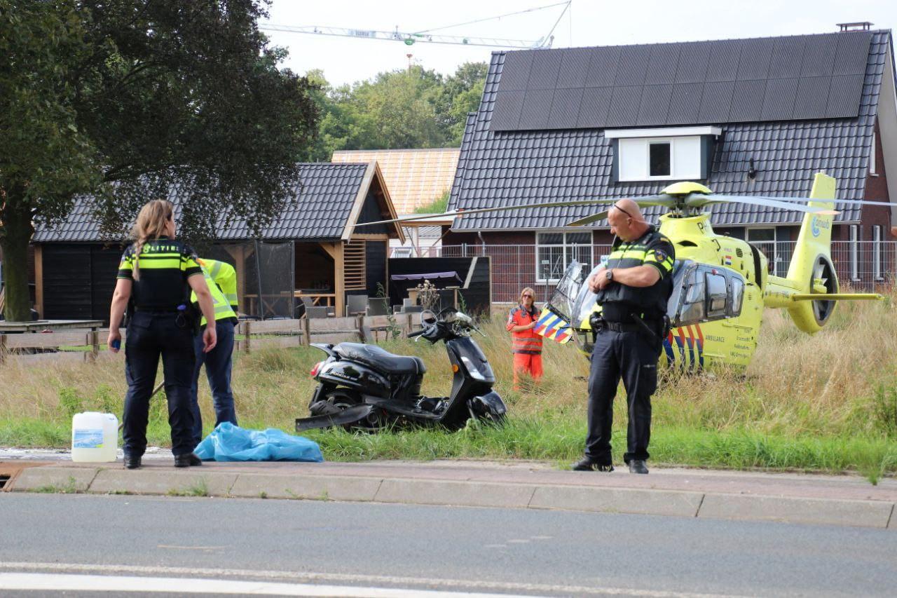 Een scooterrijder in Teuge is vrijdagmiddag met onbekend letsel overgebracht naar het ziekenhuis. Het slachtoffer raakte gewond bij een botsing met een plaatsnaambord.