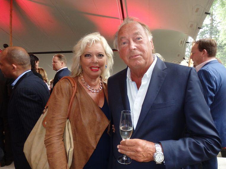 Oud-Wegenerbaas Aad den Dulk, hier met zijn vriendin Sandra Pool, bedacht de Haringparty 32 jaar geleden. 'Roberto verzon het oud-Hollandse gebeuren erbij.' Beeld Schuim