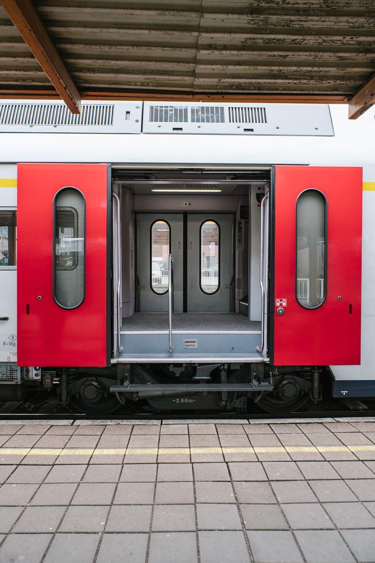 Een openstaande deur van een trein op het perron van het NMBS station in Aalter.De procedure waarbij de conducteur bij vertrek 1 deur open laat om het perron te controleren zou wijzigen. Beeld Wouter Van Vooren