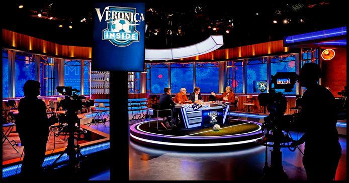 In een decor van een lege tribune en met het corona-virus op de LED-achtergrond beginnen Wilfred Genee, Rene van der Gijp , Hans Kraay jr en Johan Derksen aan de uitzending van Veronica Inside