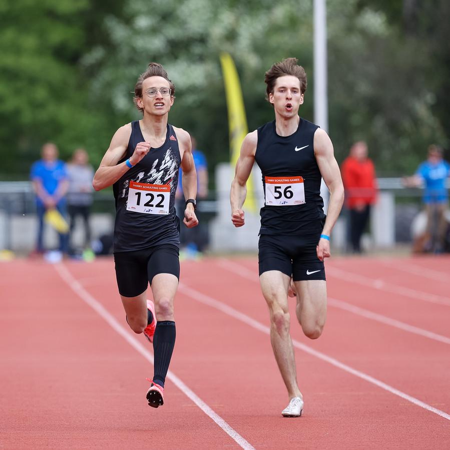 Pim van Bakel (nummer 122) van Prins Hendrik gaat kapot op zijn eerste 400 meter van het seizoen.