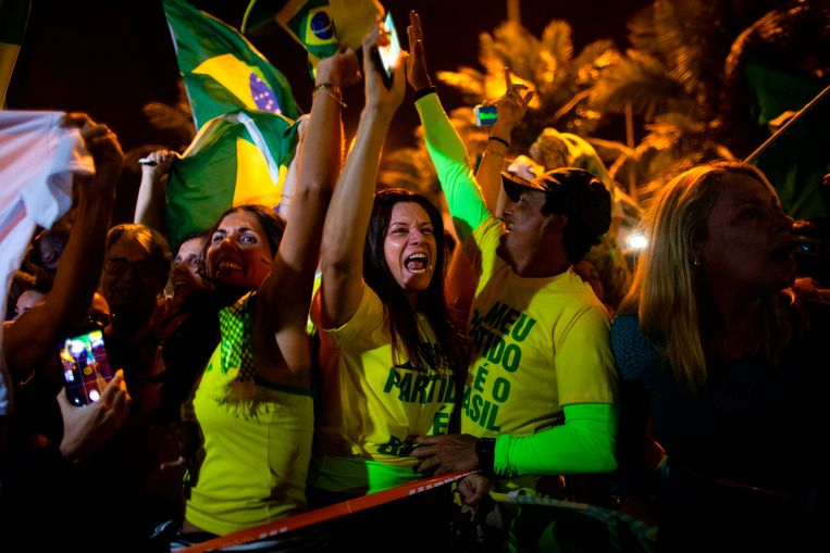 Supporters van Jair Bolsonaro vieren feest. Beeld AFP