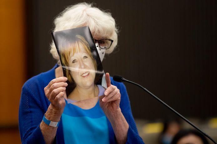 Dolly Kreis met een foto van haar dochter Debbie Strauss, die in 1977 verkracht werd door DeAngelo en in 2016 overleed aan kanker.